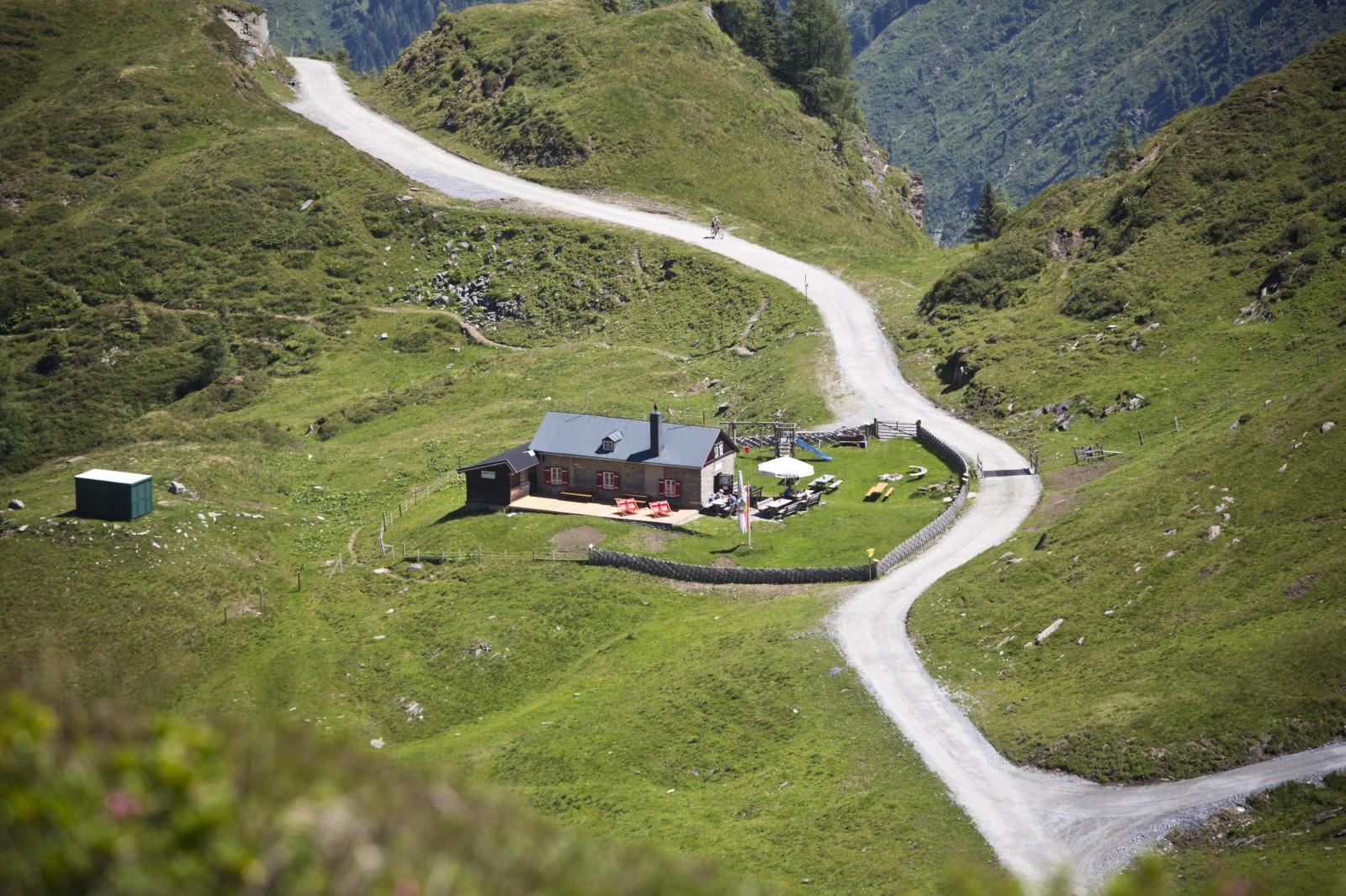Möglichkeiten für eine Pause gibt es am Weg in das Tal genug.