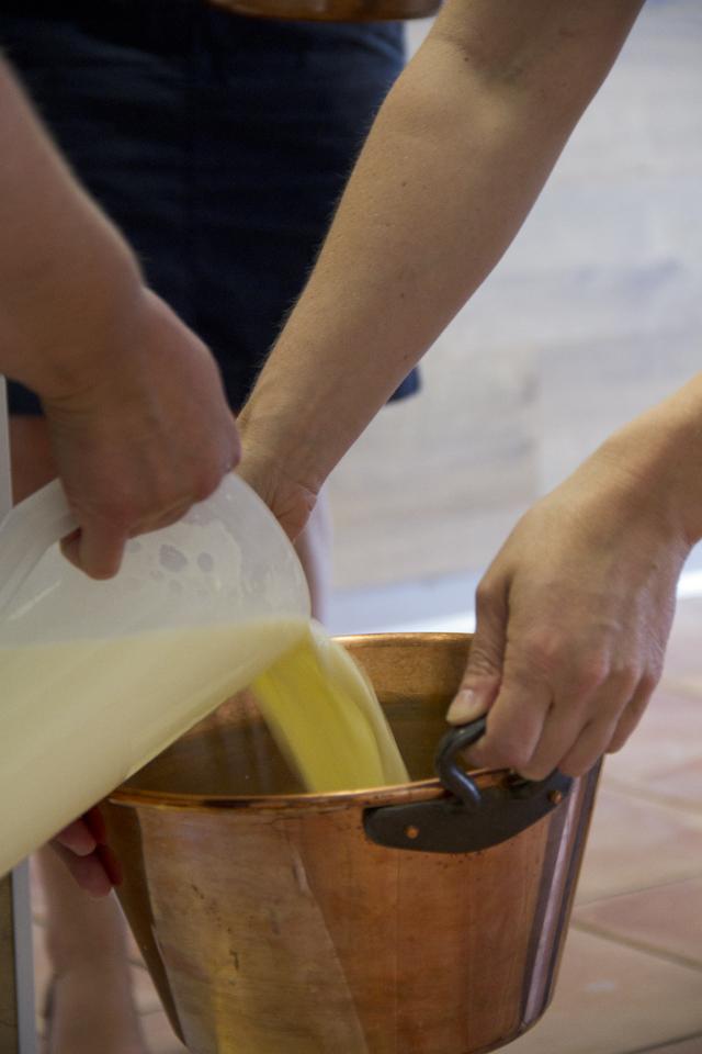 3 Liter Rohmilch werden in einen Topf gefühlt.