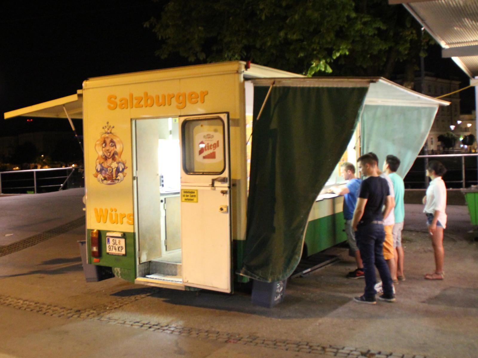 Eine Institution der Nacht: Die Würstelkönigin.