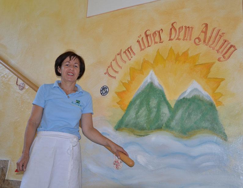 Karin Mayr begrüßt die Gäste