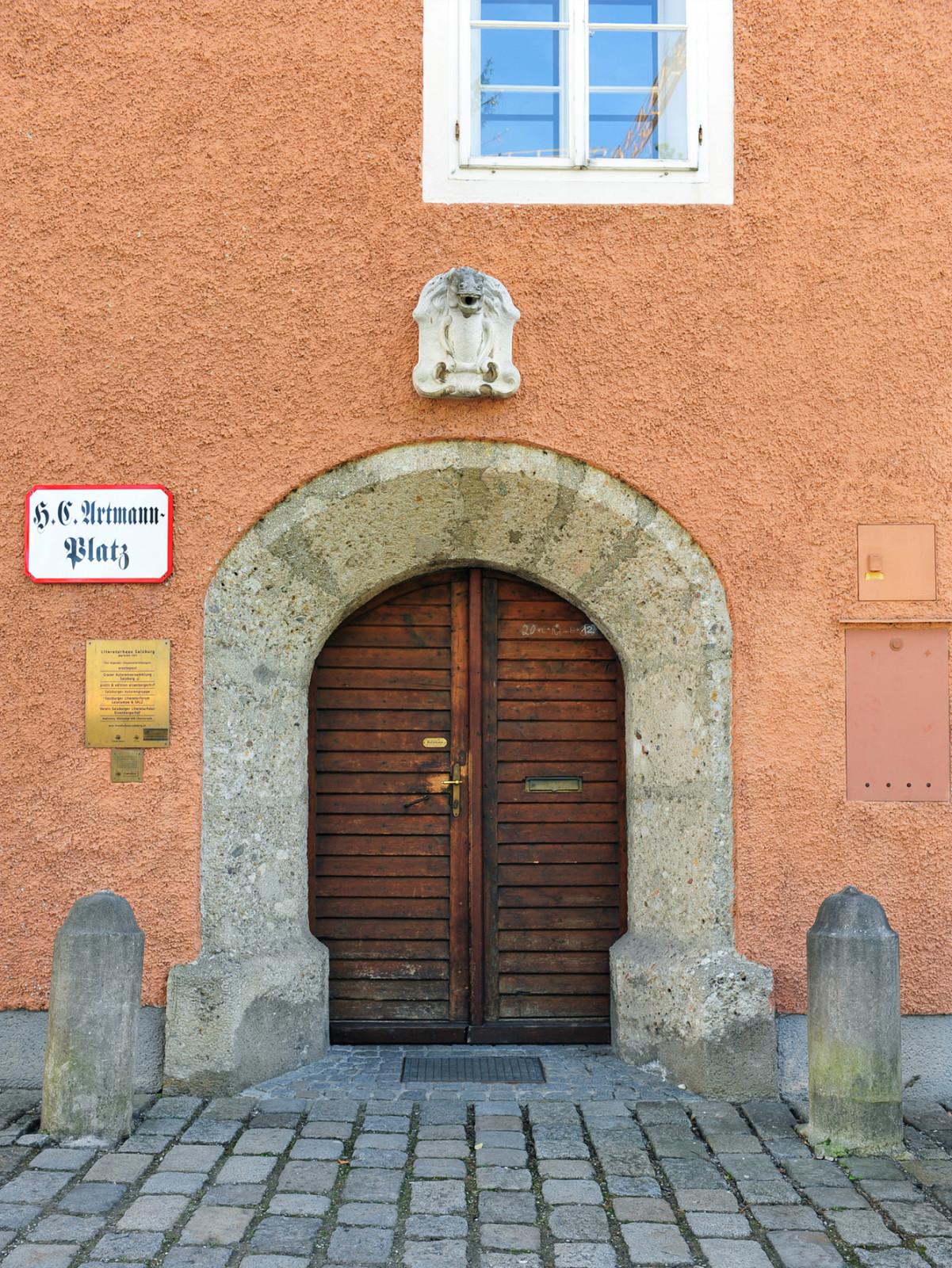 Herrschaftlich: Der Eingang zum Literaturhaus.