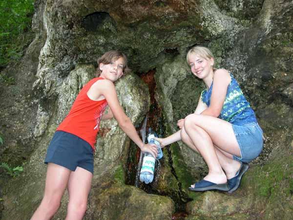 Das Wasser der Rupertusquelle in Flaschen füllen