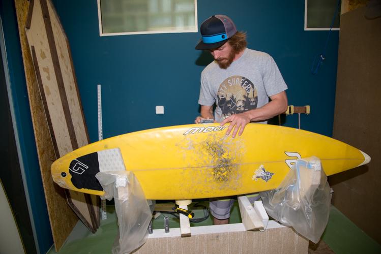 Auch Reparaturen an Fremdboards gehören zum Arbeitsfeld des Shapers.