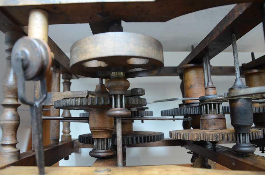 Turmuhr mit Rädern aus Holz