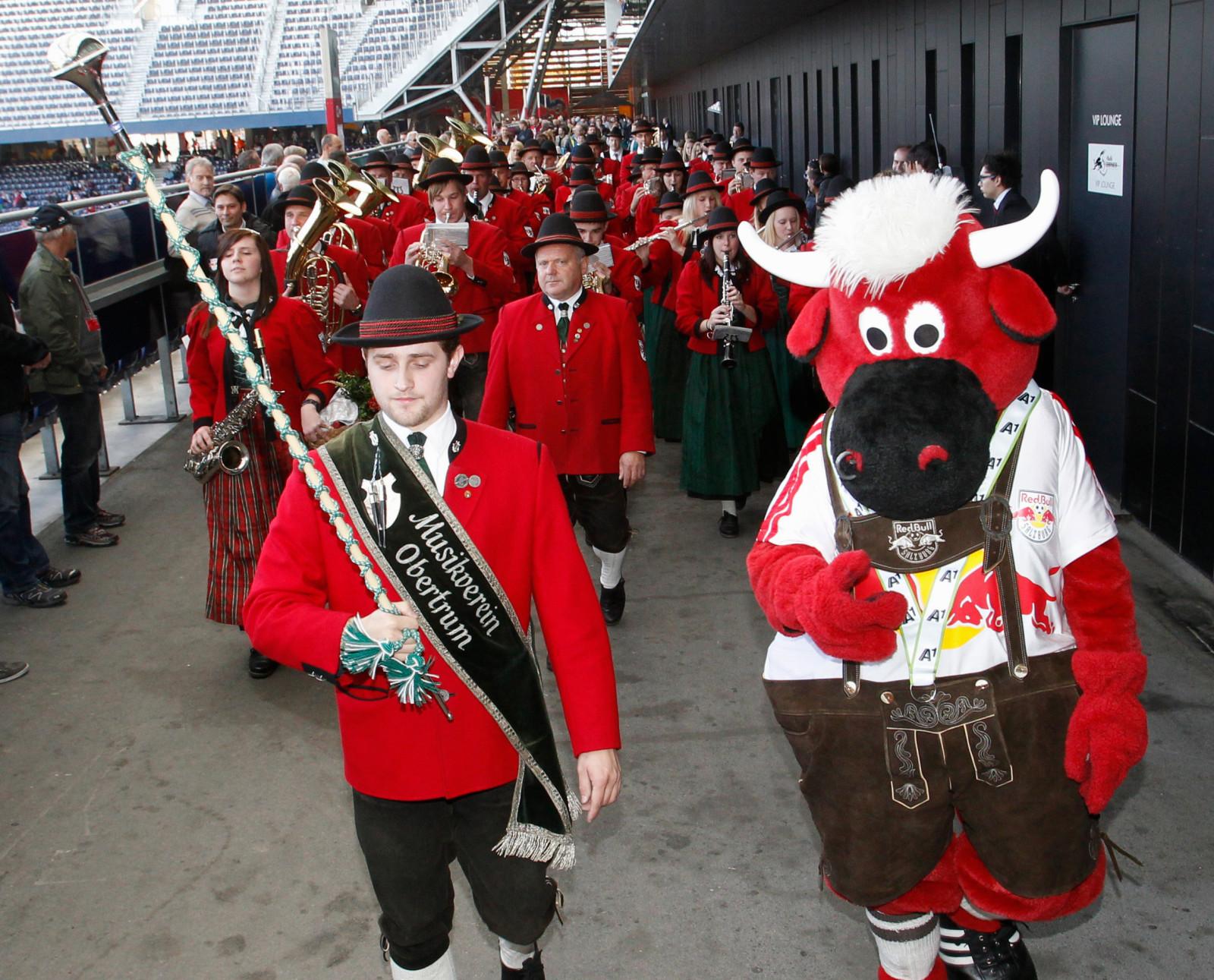 Festlicher Umzug samt dem Red Bull-Maskottchen