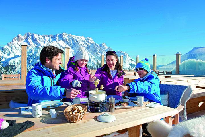 """Einkehrschwung mit Blick aufs """"Steinerne Meer"""". Die Steinbockalm liegt auf dem """"Genussweg für Skihüttenhocker"""" der Via Culinaria"""