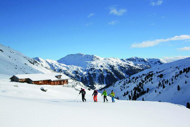 Abseits jeglichen Trubels: Gigantische Bergriesen, weite Schneefelder und hin und wieder eine Skihütte am Weg