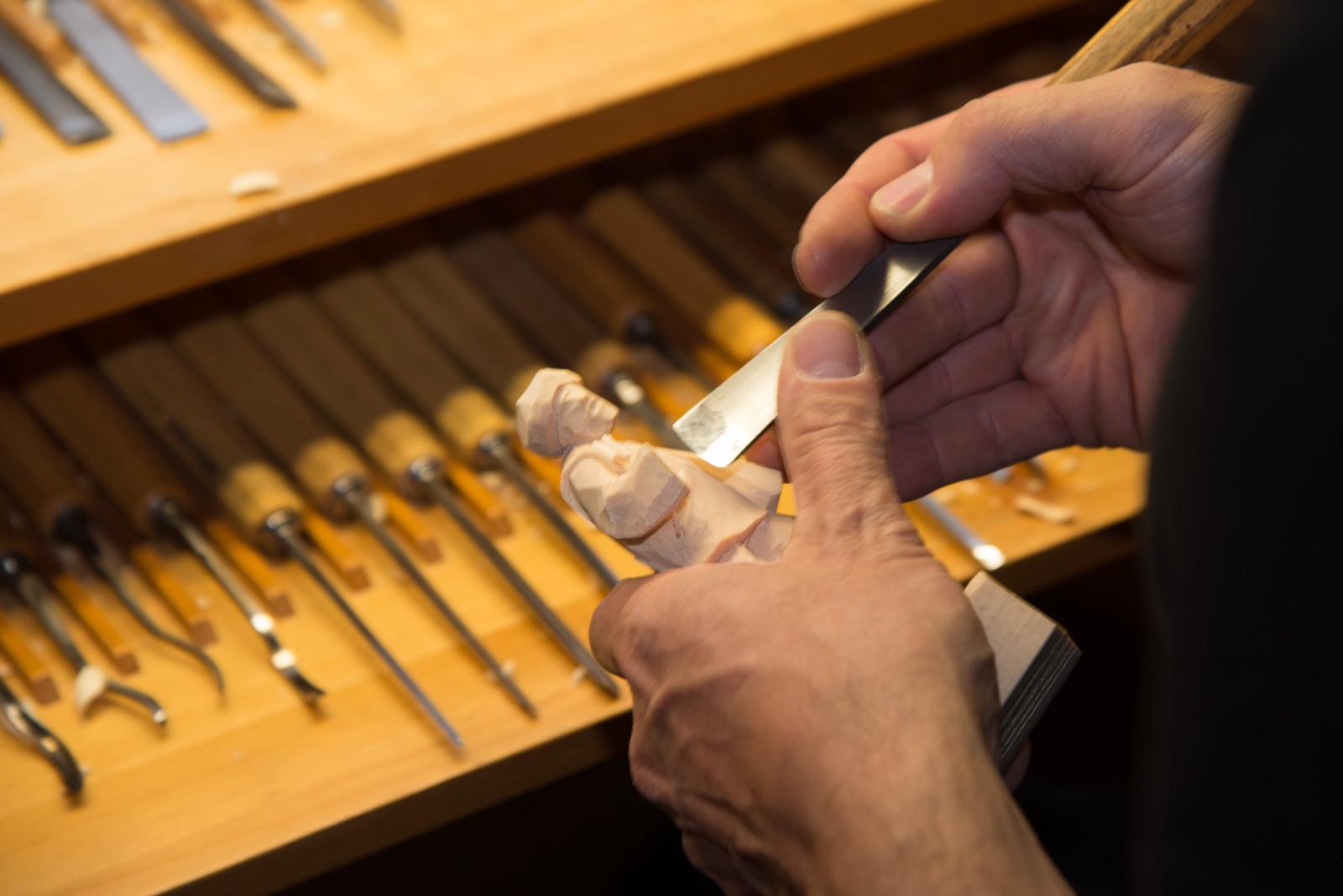 Peter Volgger schnitzt die Krippenfigur von Hand