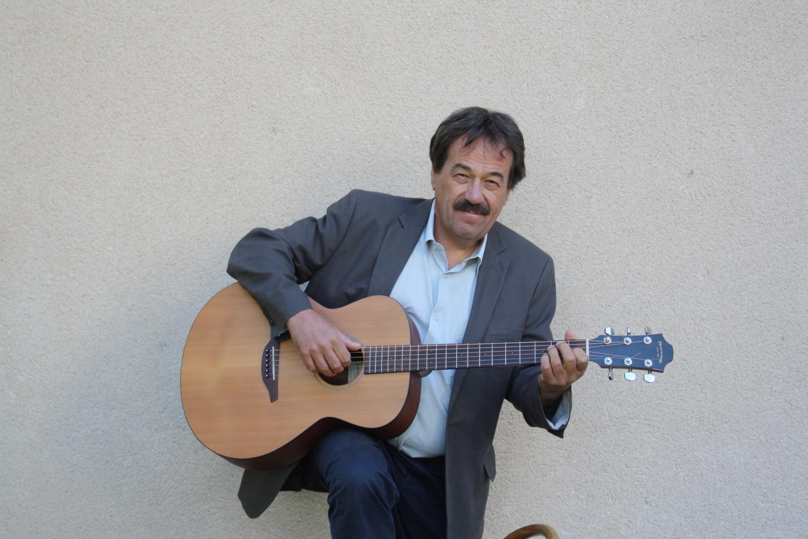 Mit Gitarre ist auch er gesanglich unterwegs.