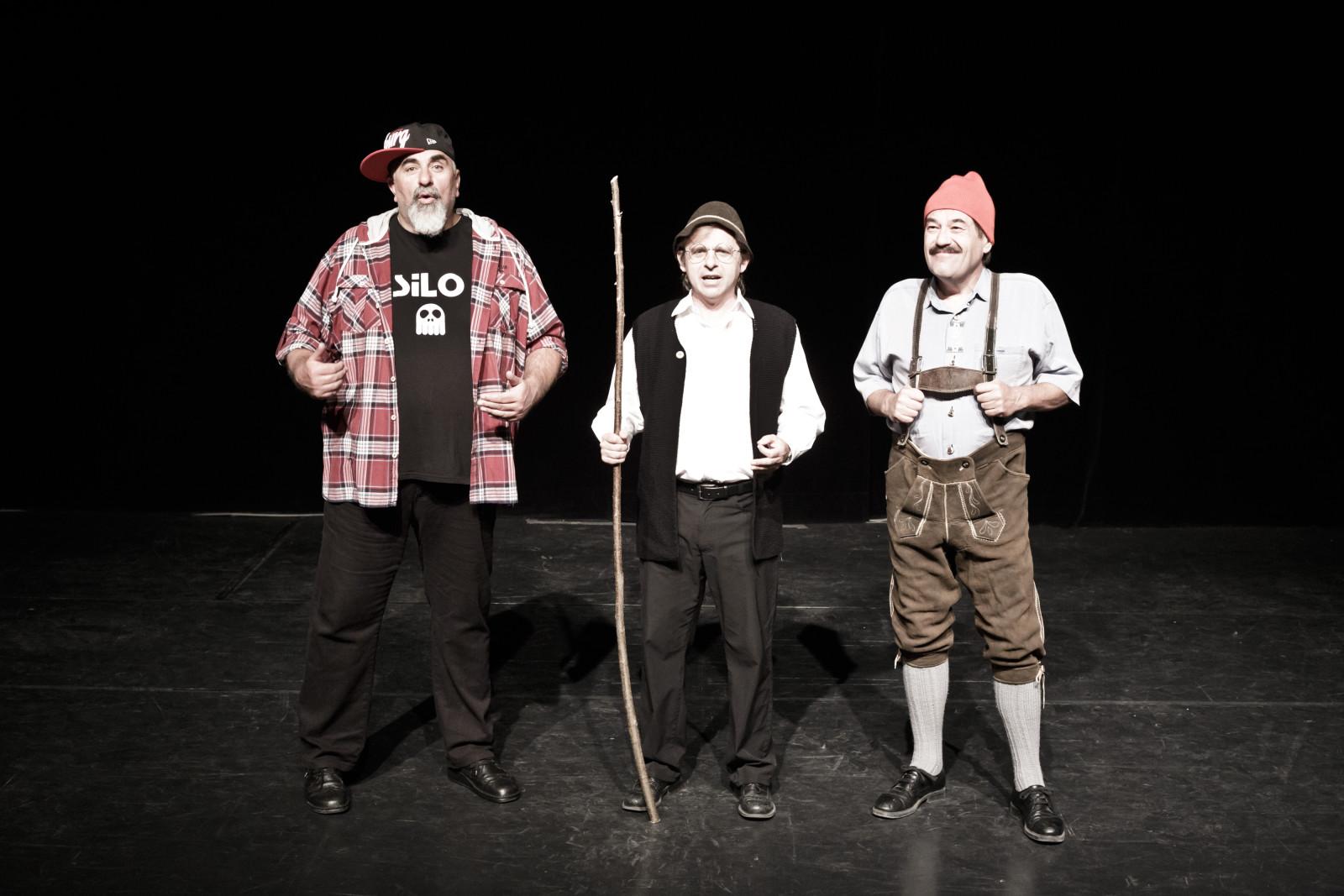 Auf der Bühne mit seinen zwei Kollegen.