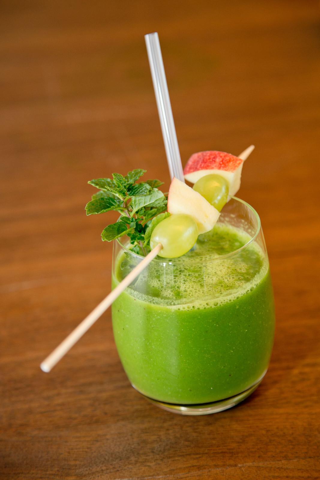 Früchte, Gemüse und Kräuter trinkfertig im Glas