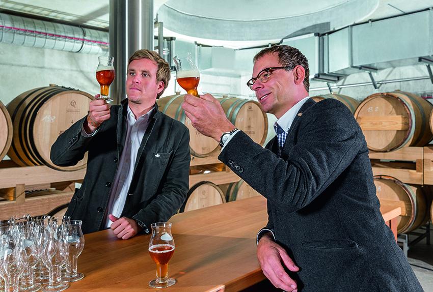 Josef C. Sigl mit Braumeister Axel Kiesbye bei der Verkostung der im Holzfass gereiften Biere