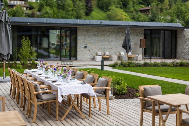 Der Innenhof mit sommerlich gedecktem Tisch.
