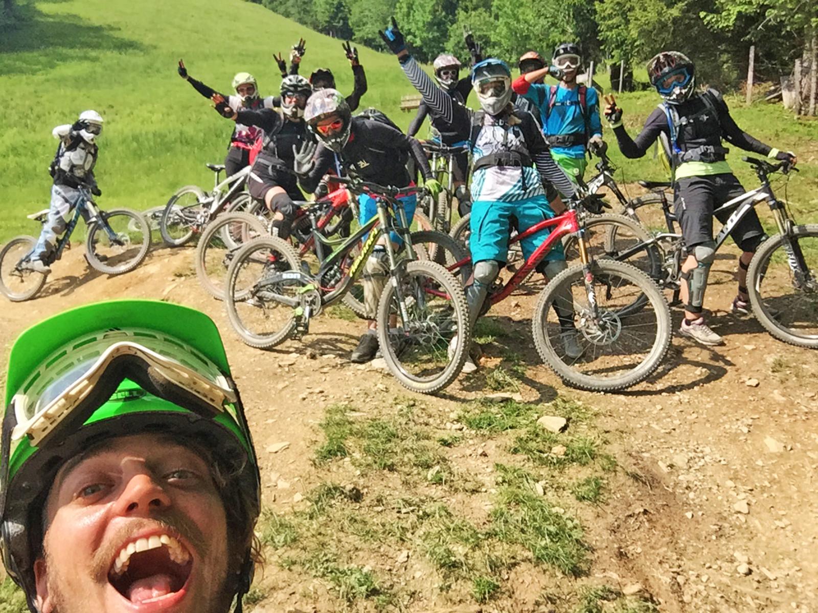 Wir wollen Spaß: Trainer Eno Mendoza macht ein Selfie und ja, das im Hintergrund sind tatsächlich alles Frauen.
