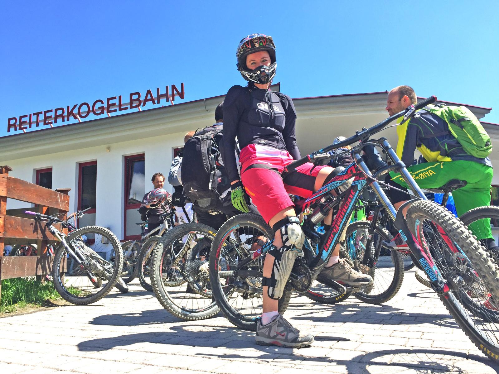 Hier im Bild sehen Sie übrigens mich am rosa Mountainbike, um das so ein