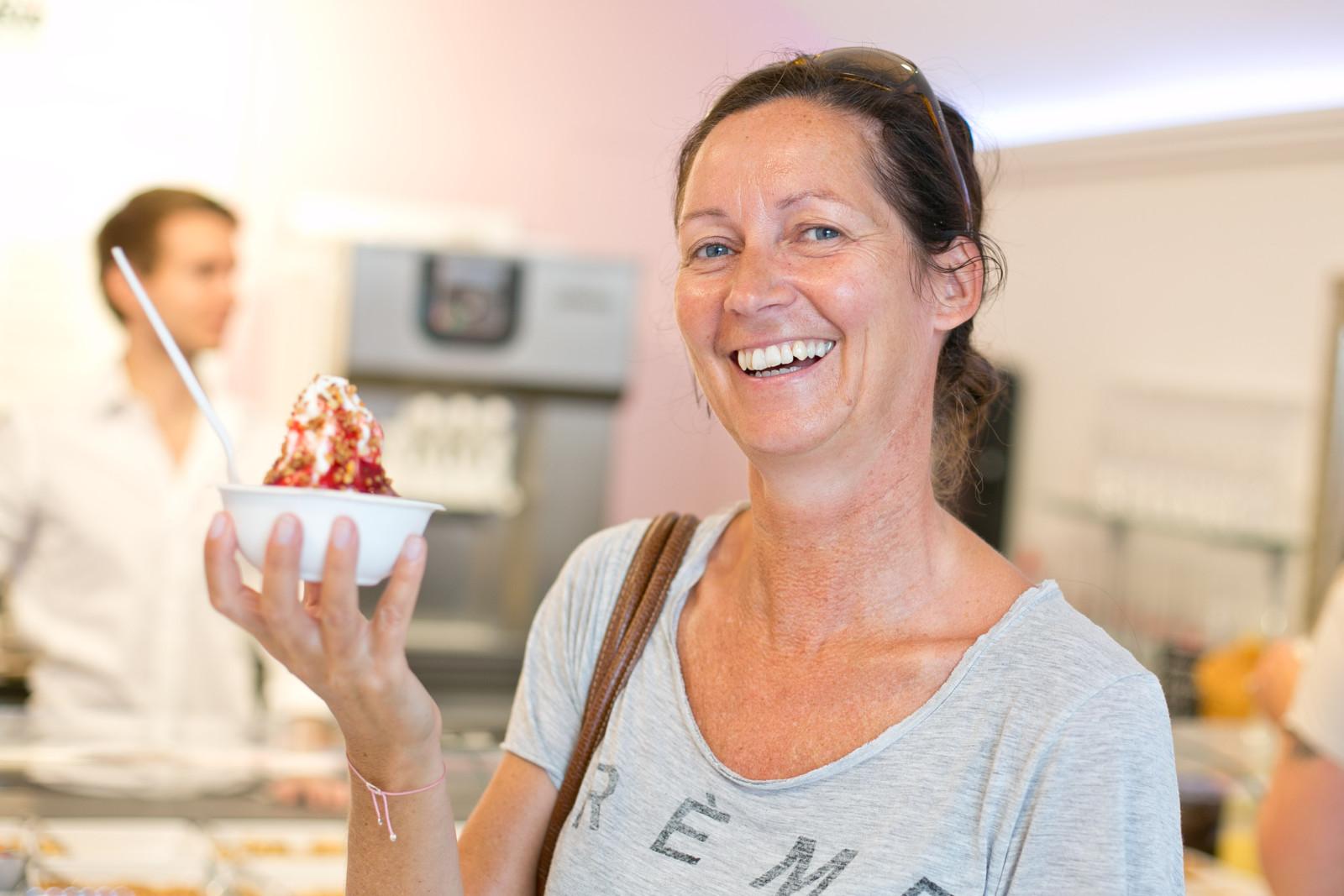 Sabine freut sich auf ihr Frozen Yogurt