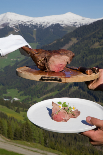 Durch das Garen im Salzmantel bleibt das Fleisch besonders zart.