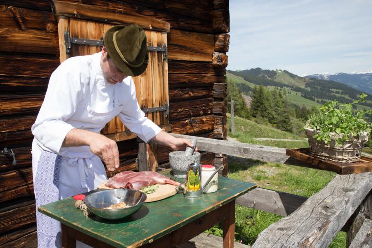 Robert Mair kochte für die Fotoaufnahmen auf einer privaten Almhütte im Glemmtal.