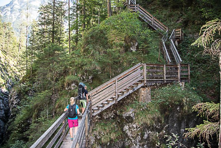 Auf gezimmerten Stegen und Treppen geht´s durch die Klamm.