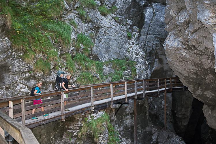 Der Weg führt direkt hinein in den Fels.