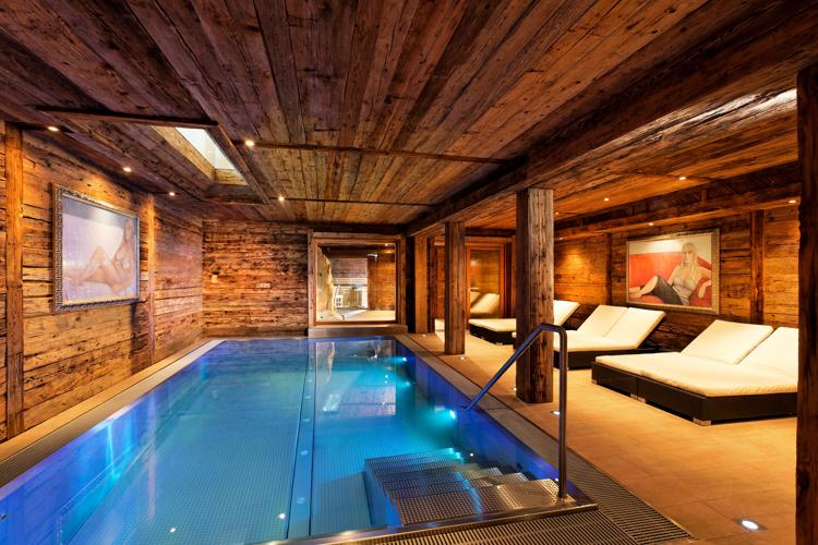 Selbst der Pool-Bereich ist im Altholz-Design gehalten.