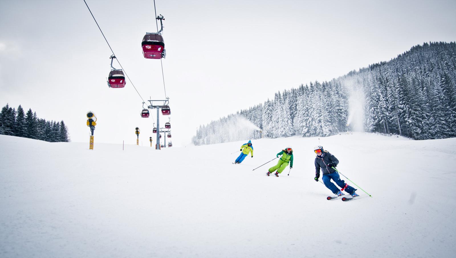 Skilegende Bartl Gensbichler bei der Kursbesichtigung am Zwölferkogel mit Andrea Fischbacher und Jessica Depauli. c Mirja Geh