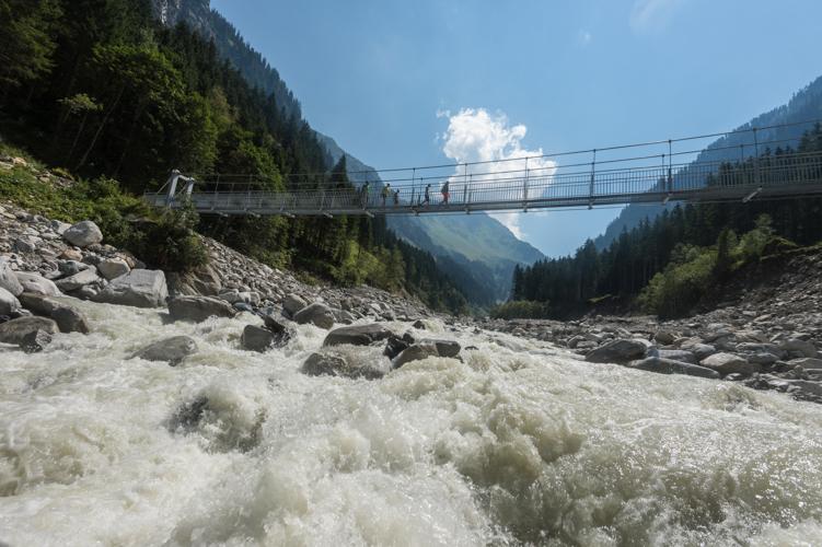 Der Einstieg zum Themenweg führt über eine 60 m lange Hängebrücke.