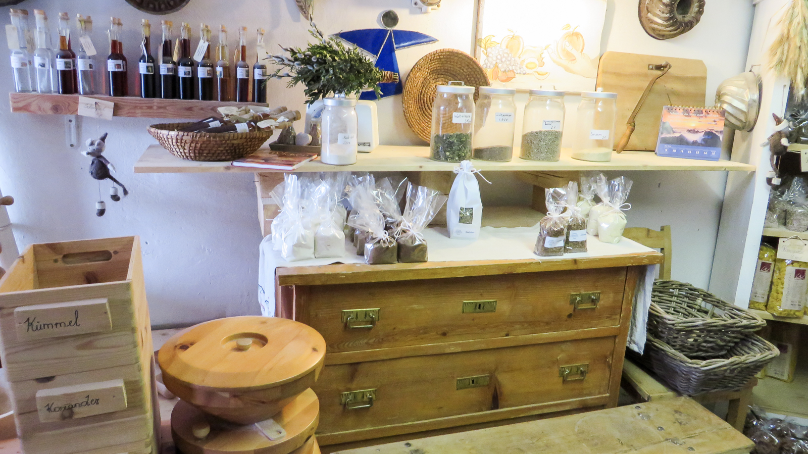 Mehl, Brotgewürz und regionale Produkte findet man im Shop.
