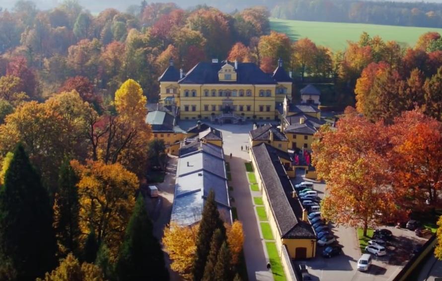Hoch über dem Lustschloss Hellbrunn