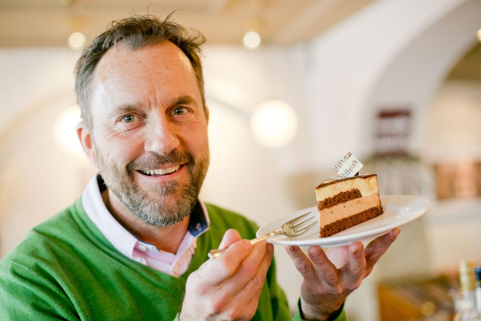 Markus Götzenauer mit Mozarttorte im Cafe Classic, (c) wildbild