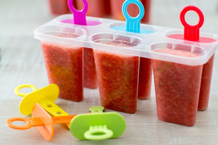 Fertigen Smoothie in Eisbehälter abfüllen
