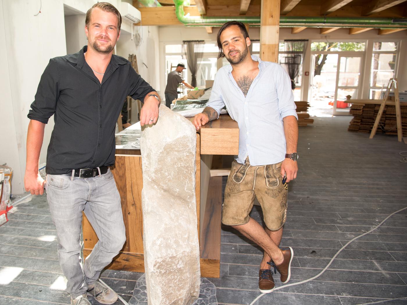 Noch Baustelle - bald der Barbereich der Völlerei. Harald Salzmann (li.) mit Lukas Ziesel.