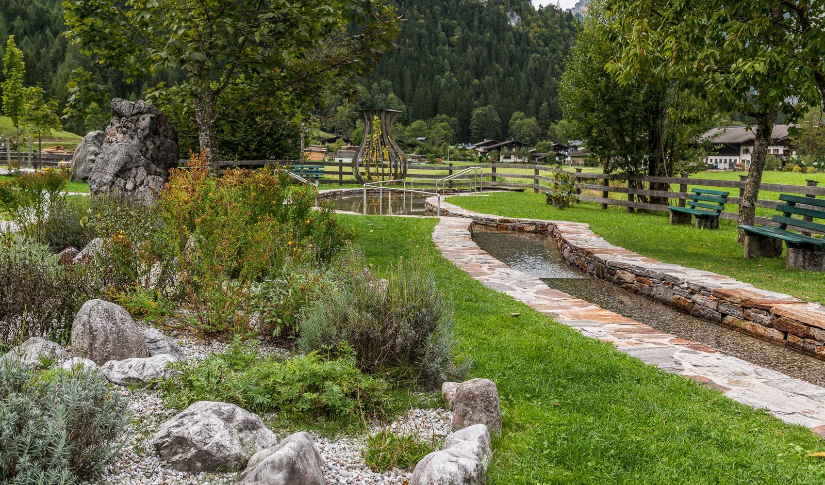Diese Natur und Kräuterkneippanlage wurde 2011 generalsaniert und ist seitdem ein sehr beliebter Platz zum Abkühlen.