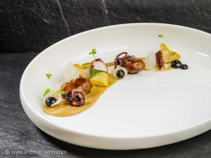Spanferkelbackerl_Oktopus-fermentierte-Schalotten – Andreas Senn, Senns.Restaurant