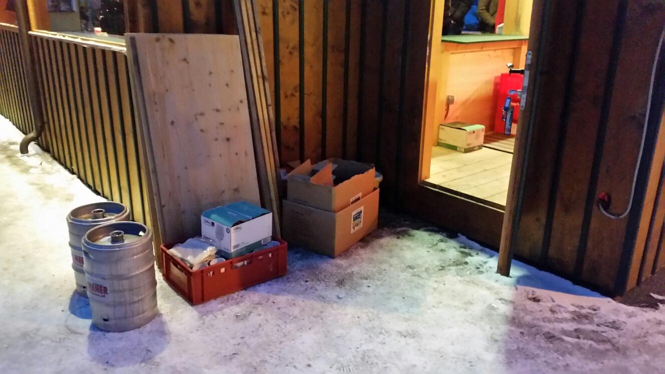 Müllentsorgung hinter den Hütten
