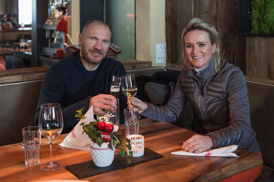 Alexandra Meissnitzer und Hermann Maier stoßen auf der Herzerlalm auf einen gelungenen Tag an.