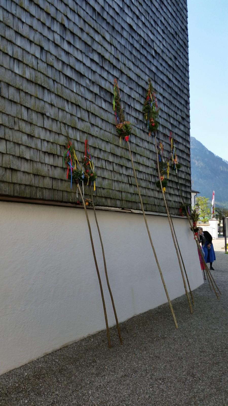 Palmbuschen an der Strobler Kirchenwand