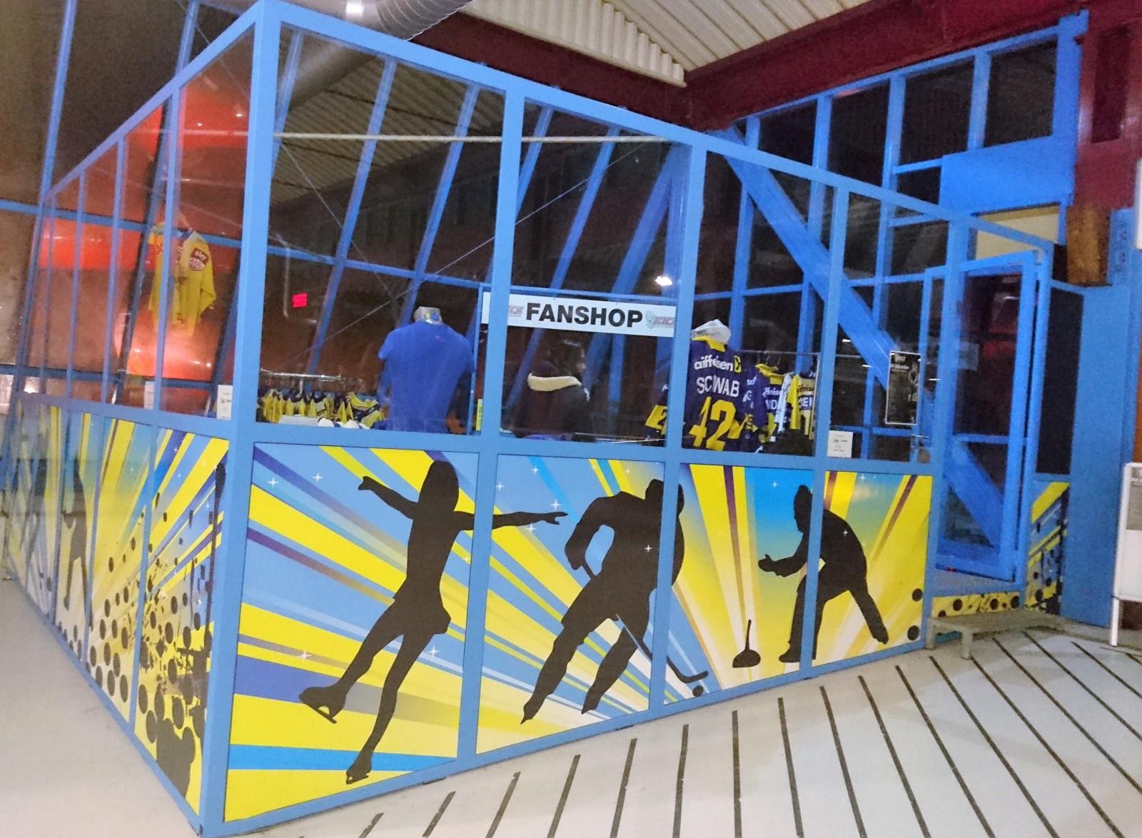 Professionelles Umfeld nicht nur in Salzburg, sondern auch in der Alps-Hockey-League-City Zell am See, hier der EKZ-Fanshop