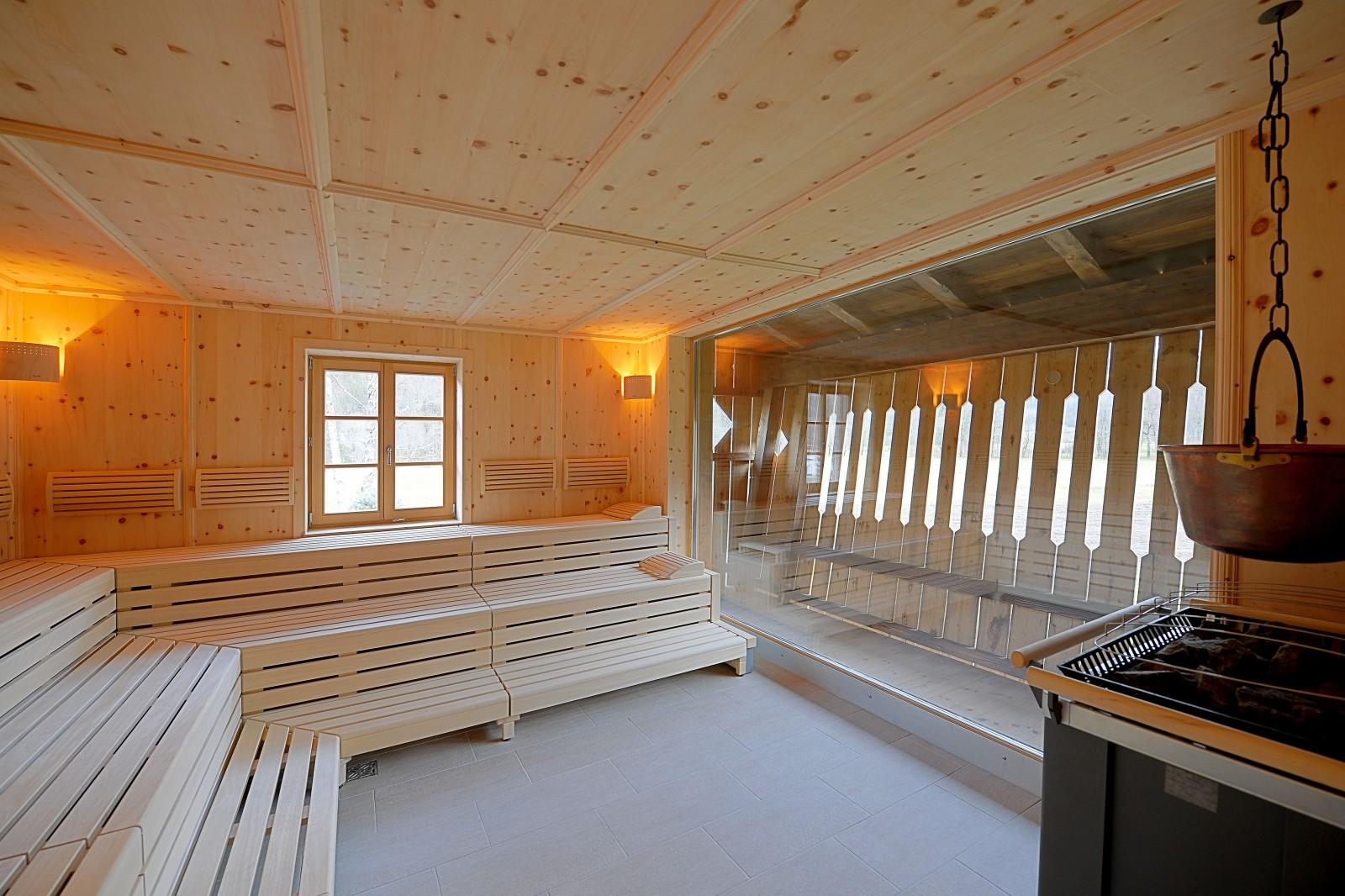 Sauna im großzügigen Wellness-Bereich, der sich auf zwei Etagen erstreckt