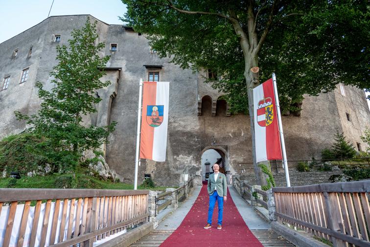 Hermann Döller vor der Burg Golling