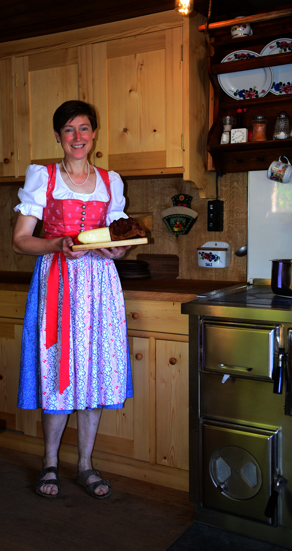 Sennerin Barbara mit Käse imd Speck