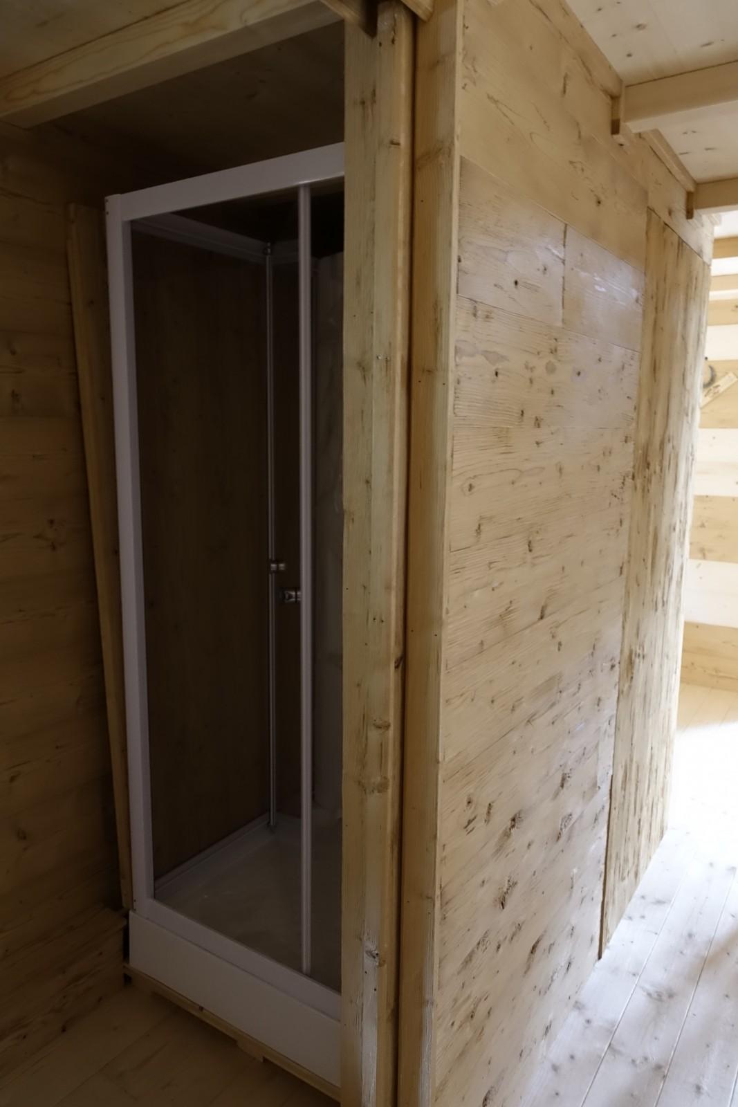 Unbehandeltes Holz geht mit modernen Einrichtungselementen eine Symbiose ein
