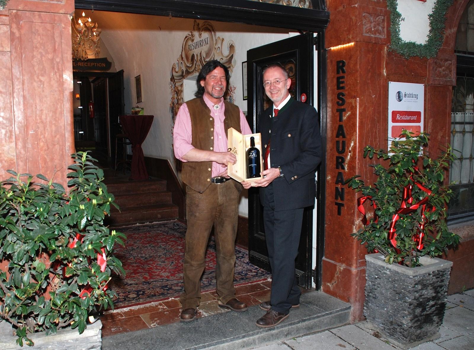 ©Altstadthotel Stadtkrug – Hugo Lucian (Inhaber Altstadthotel Stadtkrug, rechts) mit Hoteldirektor Günther Spießberger.