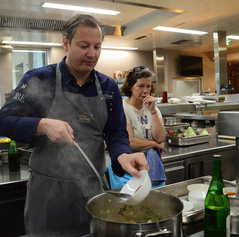 Andreas Döllerer bereitet die Sauce für das geschmorte Kitzhaxerls zu.