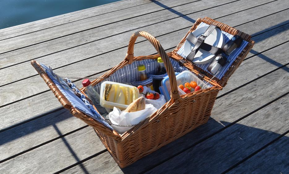 Bio-Picknick-Korb mit Produkten aus der Bioheuregion Salzburger Seenland