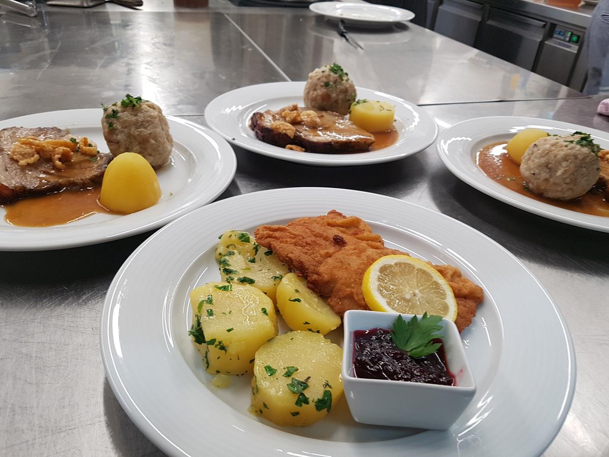 Hausmannskost mit Schnitzel und Schweinsbraten