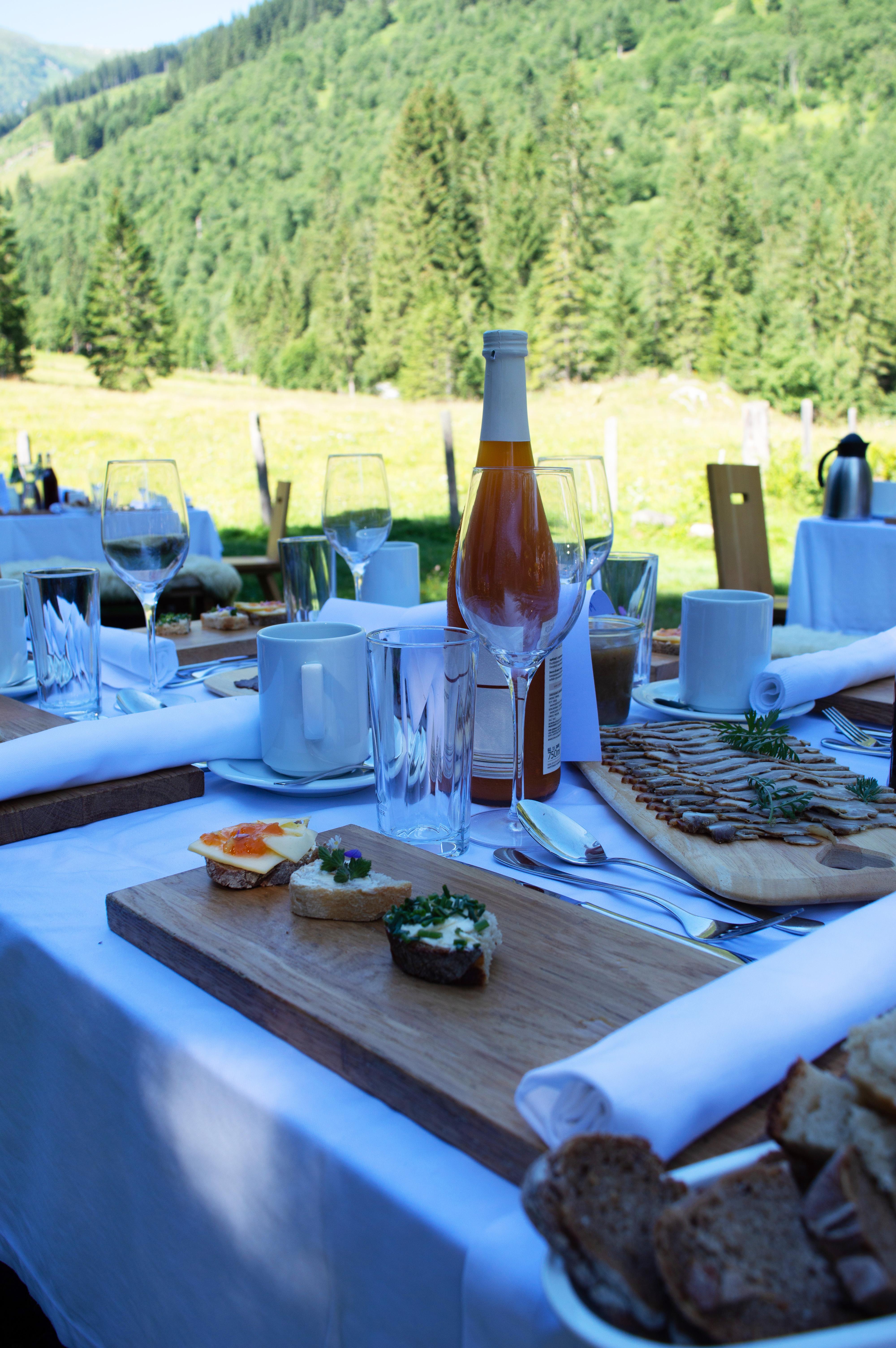 Köstliche Regionale Schmankerl am gedeckten Tisch