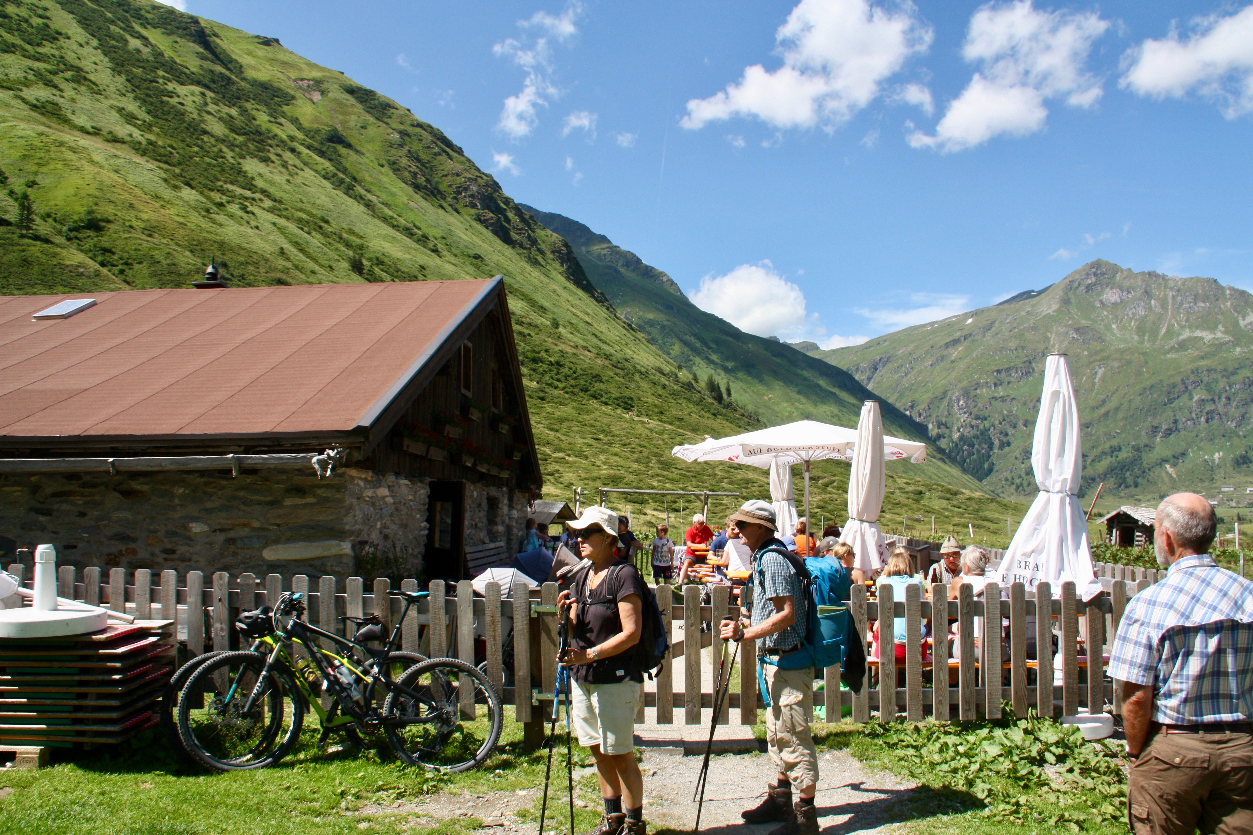 © SalzburgerLand Tourismus, Martina Egger, Nach der Arbeit genießt Tom die Ruhe auf der Alm