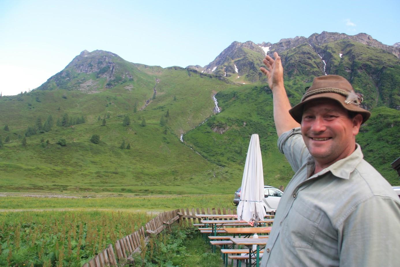 © SalzburgerLand Tourismus, Martina Egger, Tom und Simone genießen den Almsommer auf der Veitbauernalm
