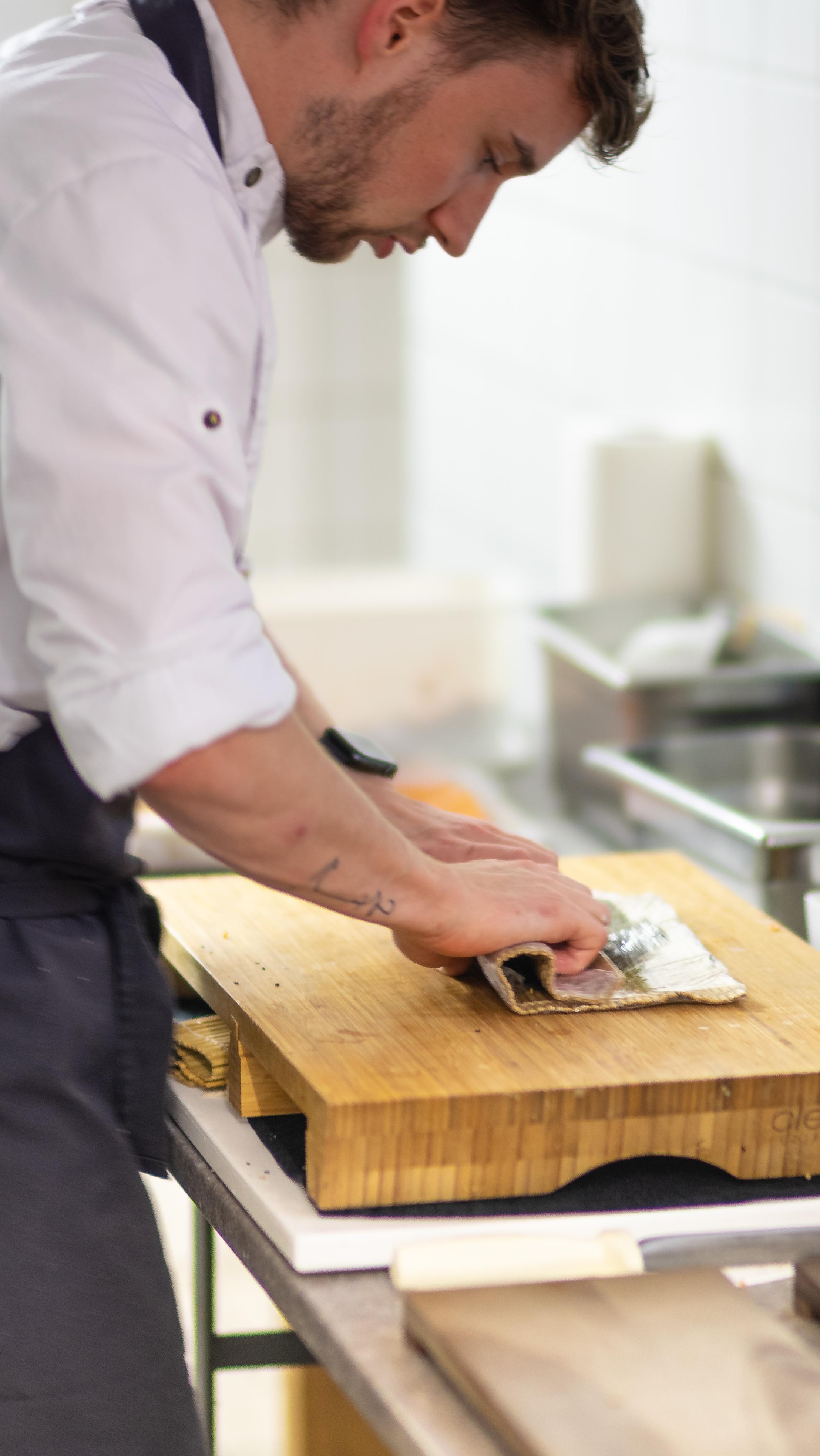 Seesushi in der Zubereitung © Thomas Lahnsteiner